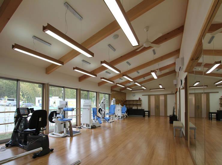 modern Gym by 岡本建築設計室