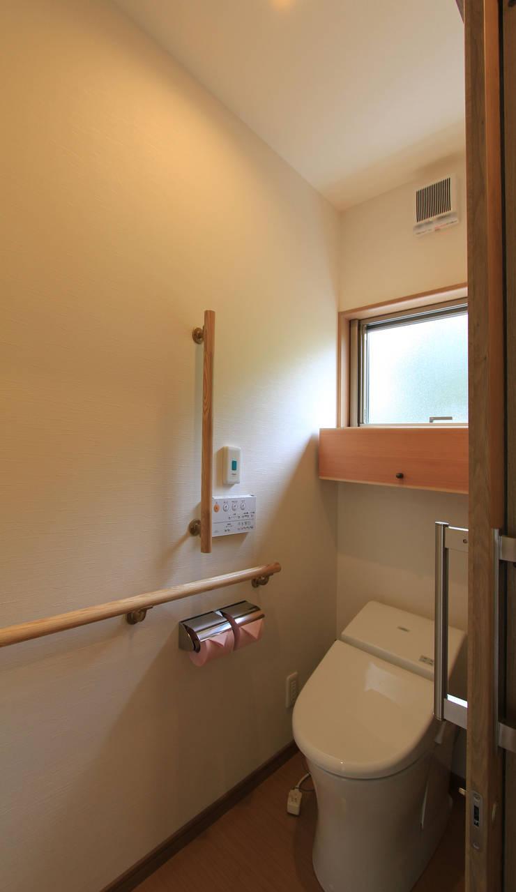 リハビリデイ木の葉: 岡本建築設計室が手掛けた浴室です。