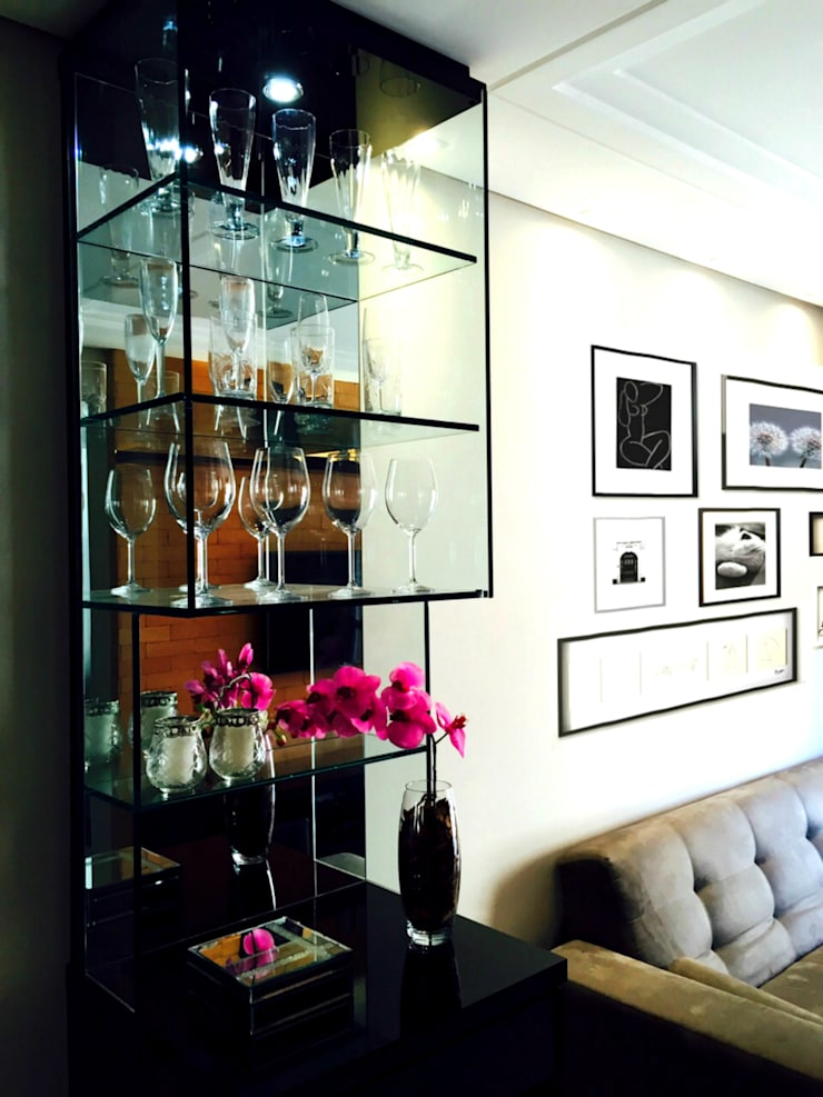 Detalhe Cristaleira: Salas de estar  por Suelen Kuss Arquitetura e Interiores,