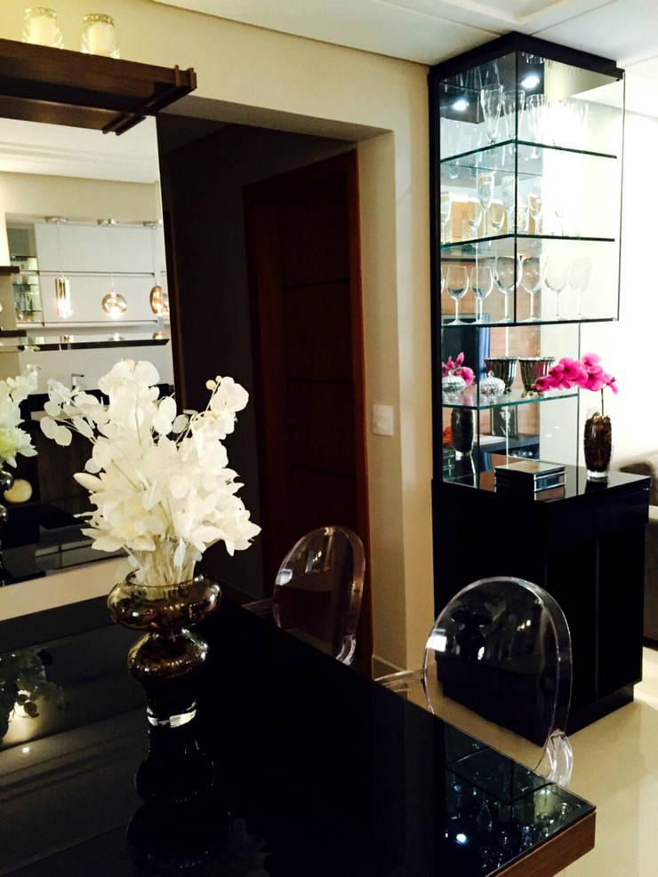 Detalhe Cristaleira e Mesa Sala de Jantar: Salas de jantar  por Suelen Kuss Arquitetura e Interiores,
