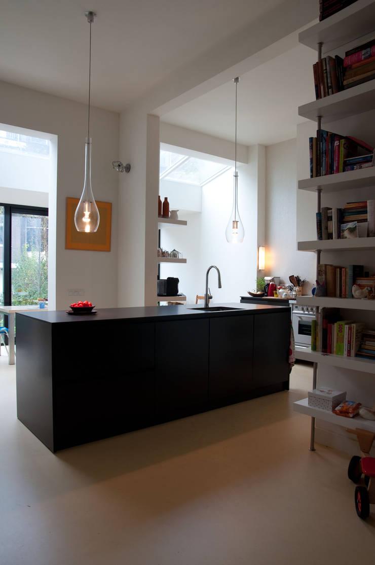 Keuken in de doorgebroken achterkamer:   door Harvey Otten