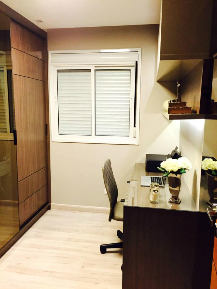 Home Office: Escritórios  por Suelen Kuss Arquitetura e Interiores,