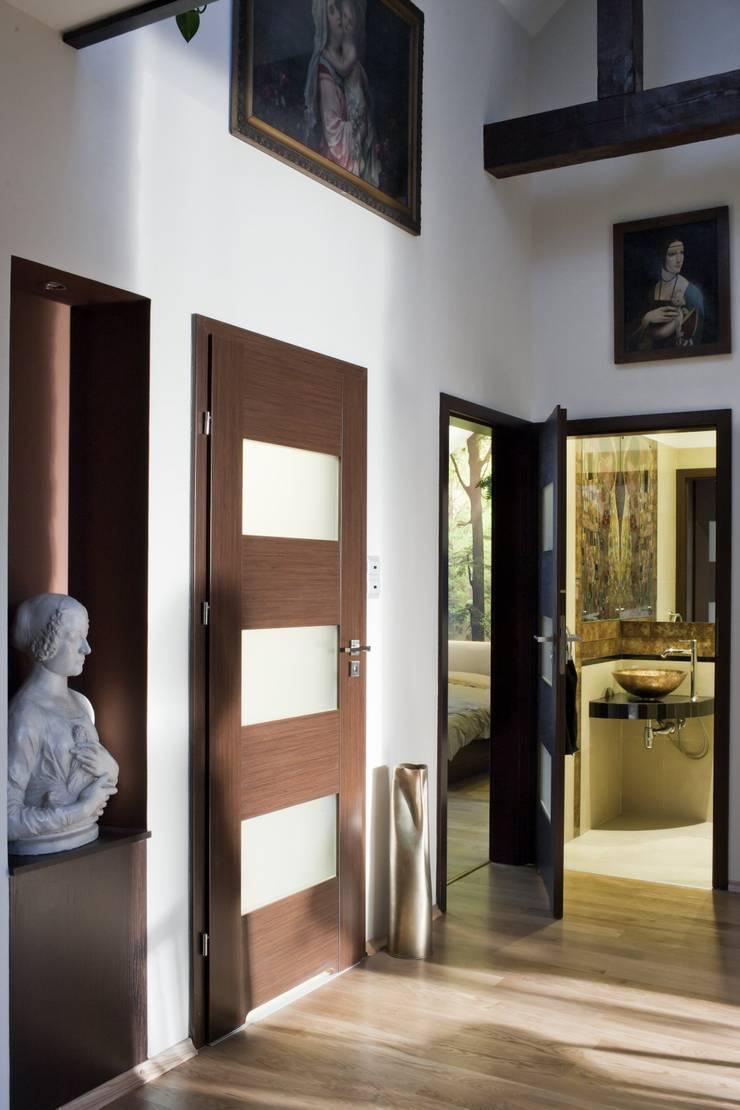 Couloir, entrée, escaliers modernes par ARTEMA PRACOWANIA ARCHITEKTURY WNĘTRZ Moderne