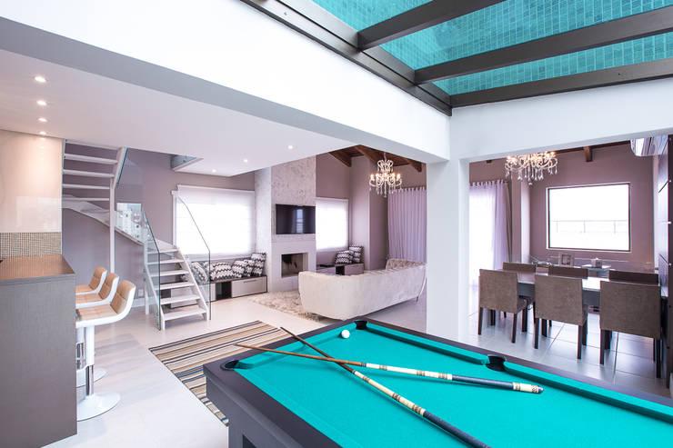 Salas multimedia de estilo  de Camila Chalon Arquitetura