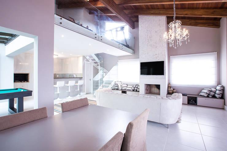 Cobertura , espaço gourmet , sala de jogos, jantar e estar: Salas multimídia  por Camila Chalon Arquitetura