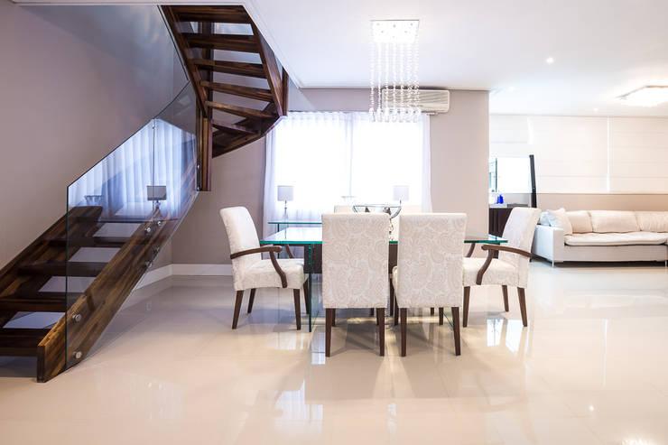 Sala de Jantar , estar e bar integrados: Salas de jantar  por Camila Chalon Arquitetura