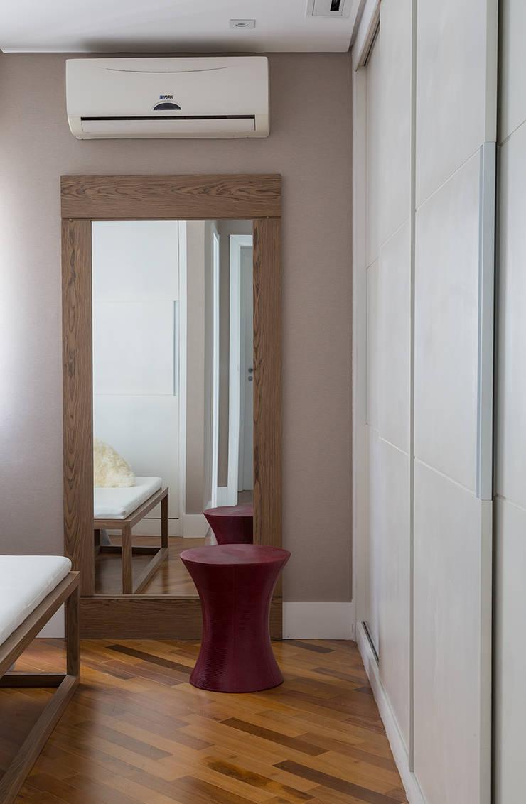 Apartamento RM: Quartos  por Flavia Sa Arquitetura,