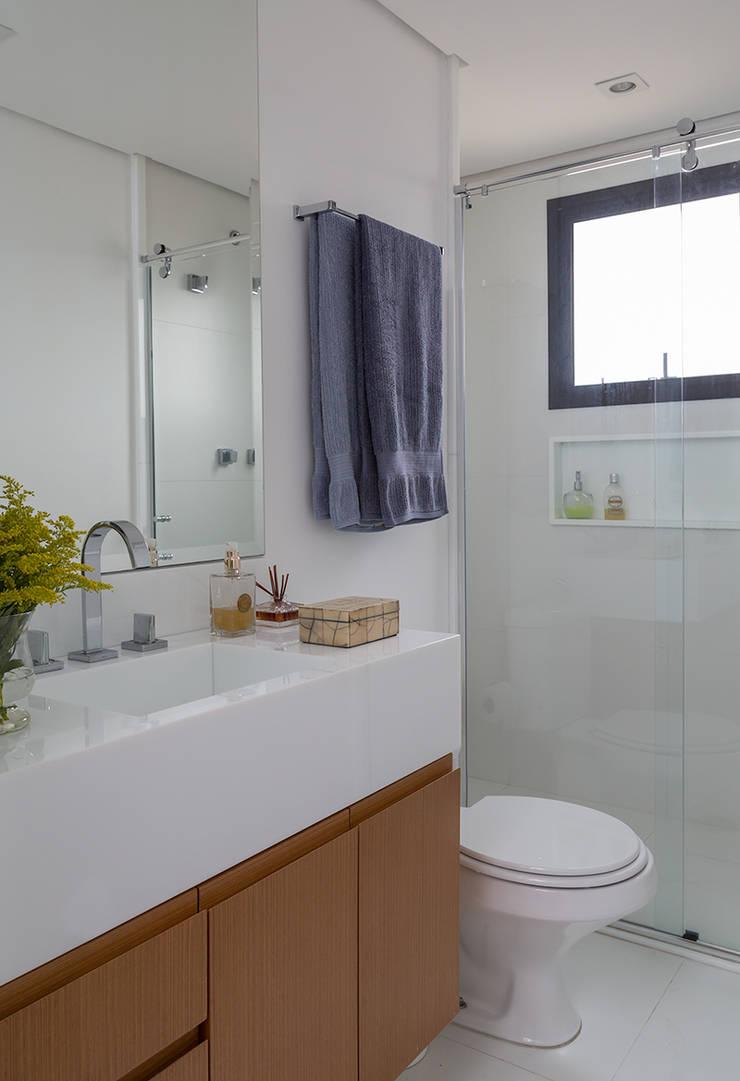 Apartamento RM: Banheiros  por Flavia Sa Arquitetura,