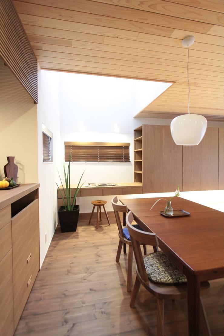 上新庄の家: haws建築設計事務所が手掛けたダイニングです。,北欧 木 木目調