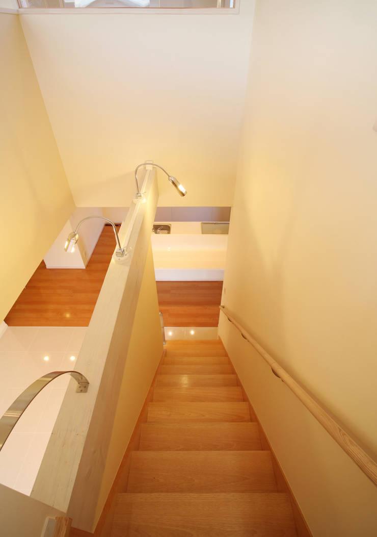 階段と吹き抜け: 吉田設計+アトリエアジュールが手掛けた廊下 & 玄関です。