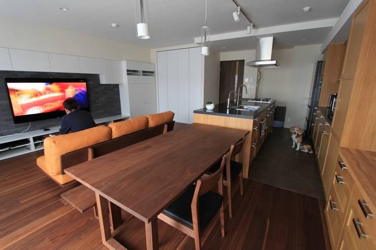 贅沢な大人の箱 I's home: 有限会社横田満康建築研究所が手掛けたダイニングルームです。