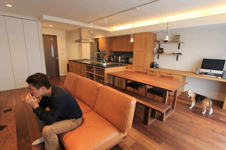 贅沢な大人の箱 I's home: 有限会社横田満康建築研究所が手掛けたリビングルームです。
