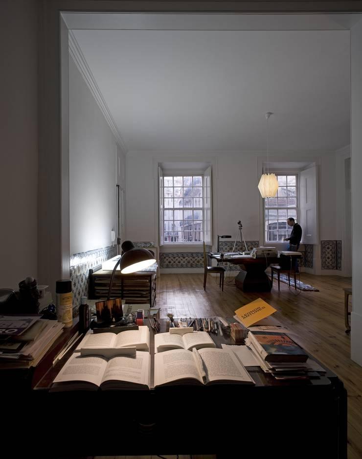 Apartamento na Sé: Salas de estar  por Ricardo Carvalho + Joana Vilhena Arquitectos