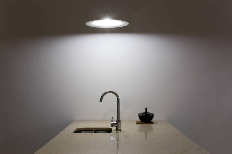 Apartamento na Sé: Cozinhas  por Ricardo Carvalho + Joana Vilhena Arquitectos