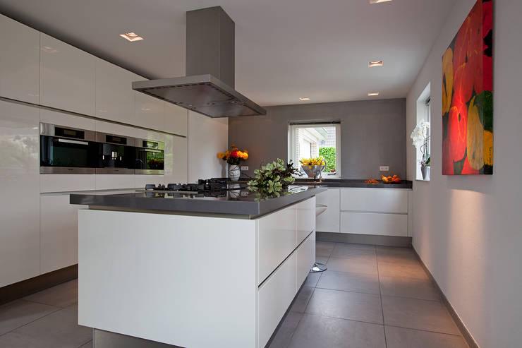 Zeewolde: moderne Keuken door Hans Been Architecten BNA BV