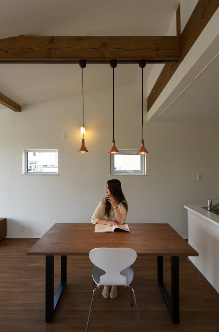 矢沢の家: フクシアンドフクシ建築事務所が手掛けたリビングです。