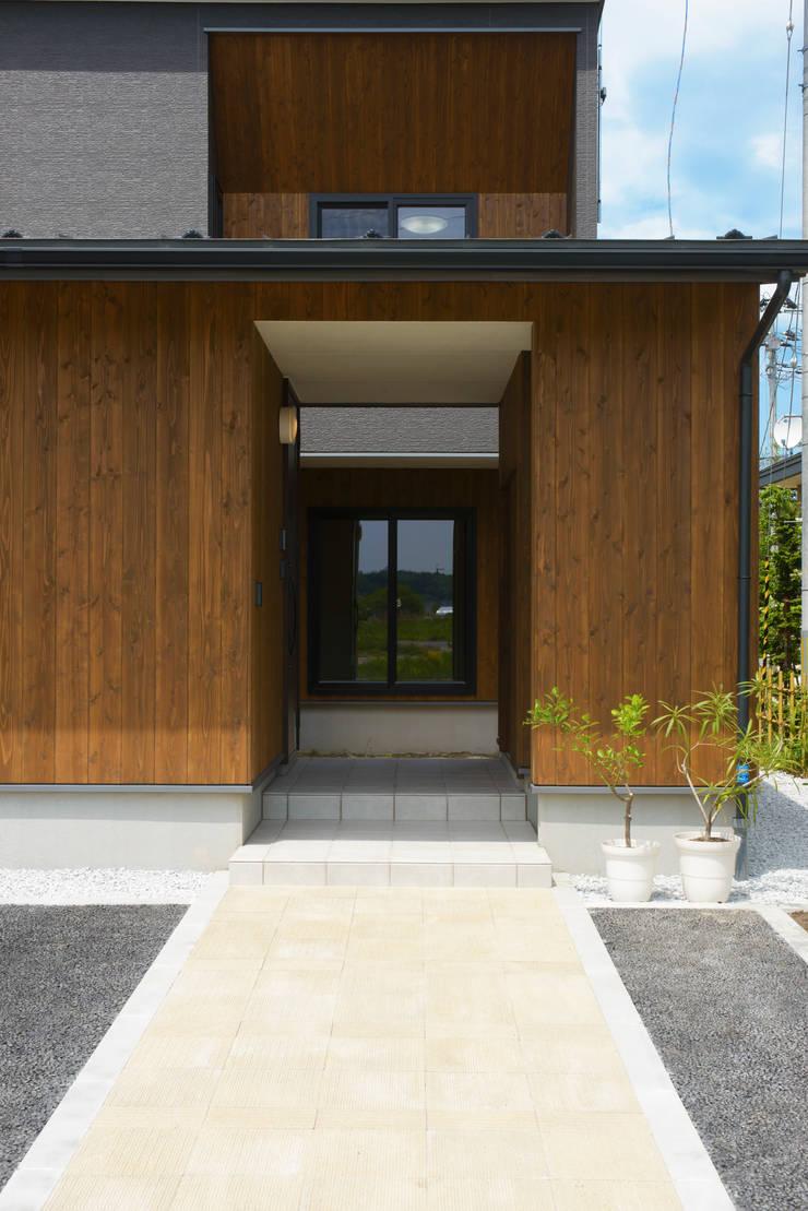 矢沢の家: フクシアンドフクシ建築事務所が手掛けた廊下 & 玄関です。