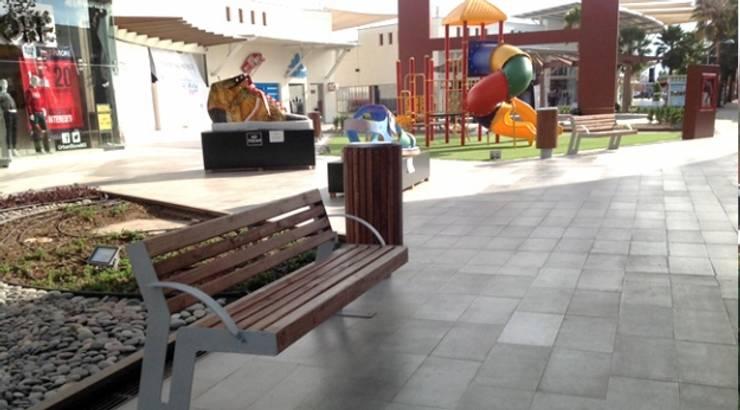 Factory Outlet León: Jardines de estilo  por Nacional de Bancas