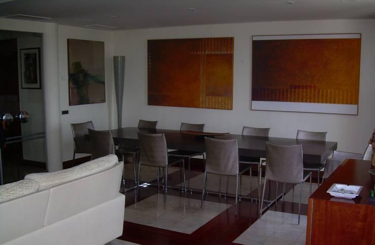 SALA DE JANTAR: Sala de jantar  por MARIA ILHARCO DE MOURA ARQUITETURA DE INTERIORES E DECORAÇÃO