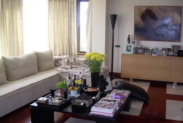 SALA DE ESTAR: Sala de estar  por MARIA ILHARCO DE MOURA ARQUITETURA DE INTERIORES E DECORAÇÃO
