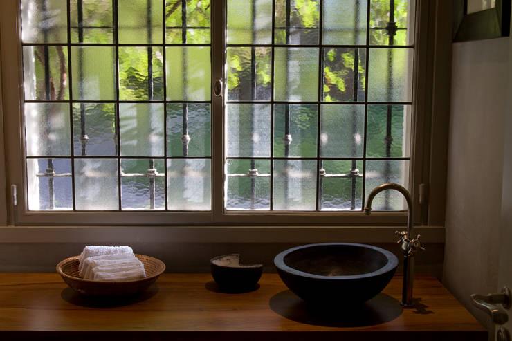 Casa en la Barranca · San Isidro, Buenos Aires · Paula Herrero | Arquitectura: Baños de estilo moderno por Paula Herrero | Arquitectura