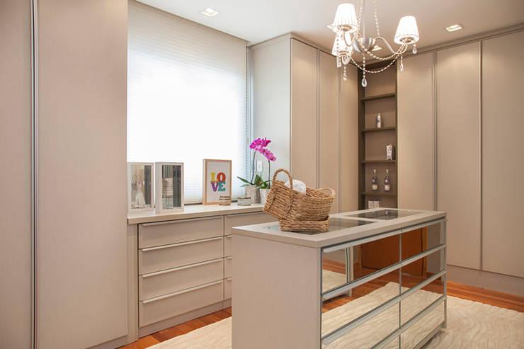 Closets de estilo  por Arquitetura 8 - Ana Spagnuolo & Marcos Ribeiro