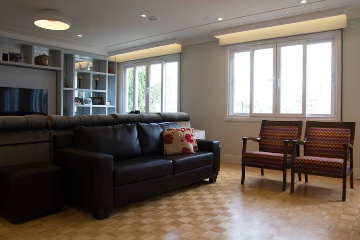 Depois Sala de Estar: Salas de estar  por HAPPY Arquitetura