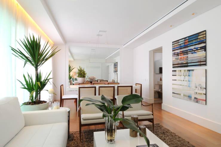 GENCONS: Salas de estar  por Elaine Carvalho Arquitetura,