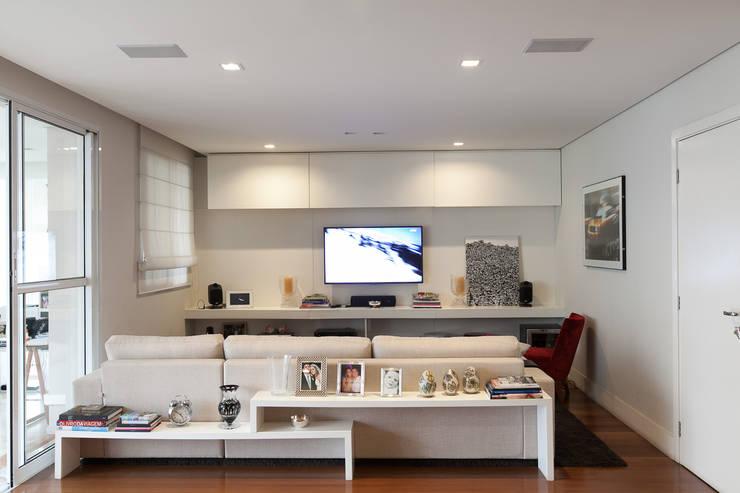Apartamento Pinheiros : Salas multimídia  por Arquitetura Juliana Fabrizzi