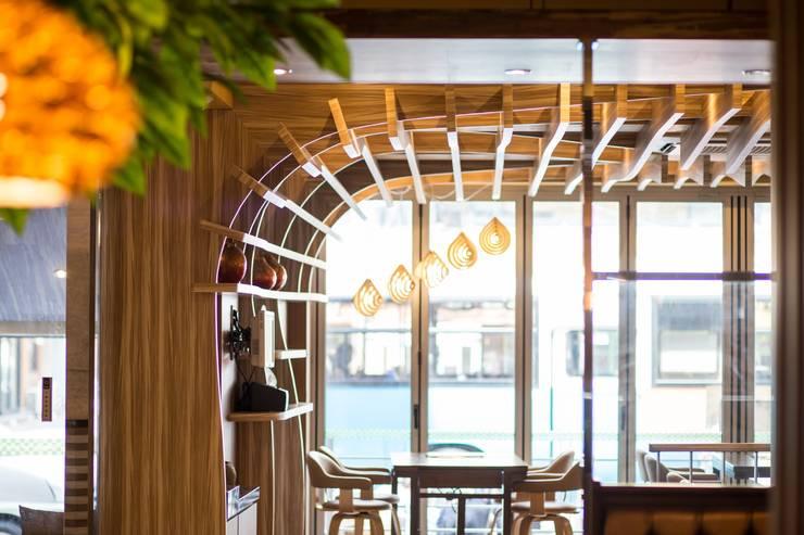 더도이 '참 족': 건후건축디자인의  상업 공간,모던