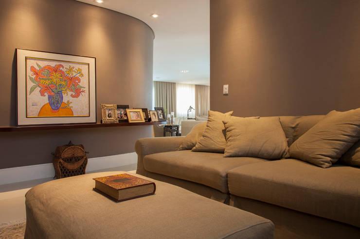 Sala de TV - Home Theater: Salas multimídia modernas por Arquitetura 8 - Ana Spagnuolo & Marcos Ribeiro