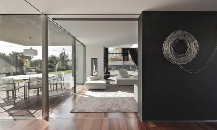 Casa Birre 3: Salas de estar minimalistas por Areacor, Projectos e Interiores Lda