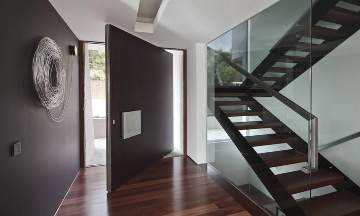 Casa Birre 3: Corredores e halls de entrada  por Areacor, Projectos e Interiores Lda