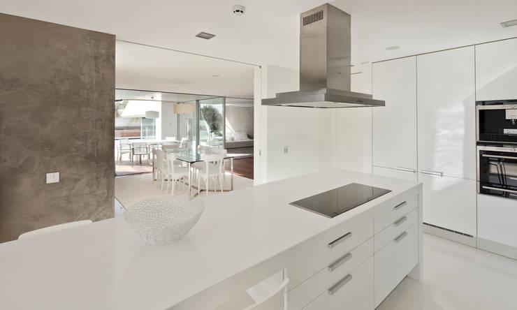 Casa Birre 3: Cozinhas minimalistas por Areacor, Projectos e Interiores Lda