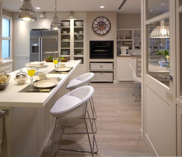 Una zona para las comidas informales: Cocinas de estilo  de DEULONDER arquitectura domestica,