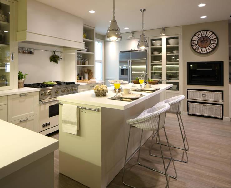 La isla es el centro de la zona de preparación: Cocinas de estilo  de DEULONDER arquitectura domestica,