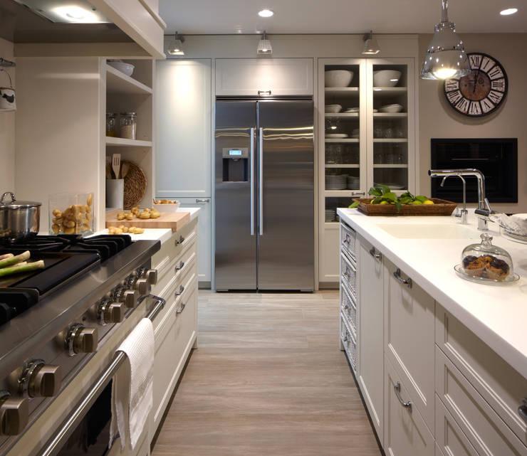 Un completo frigorífico americano: Cocinas de estilo  de DEULONDER arquitectura domestica,