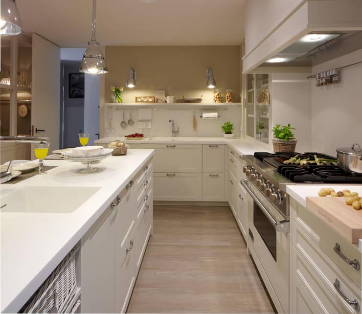Frentes de madera y en mimbre pintado de blanco: Cocinas de estilo  de DEULONDER arquitectura domestica,