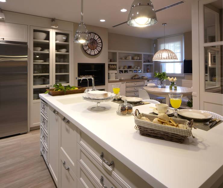 Relación de espacios: Cocinas de estilo  de DEULONDER arquitectura domestica,