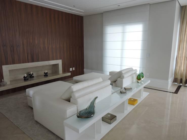 Sala TV: Salas de estar clássicas por PL ARQUITETURA