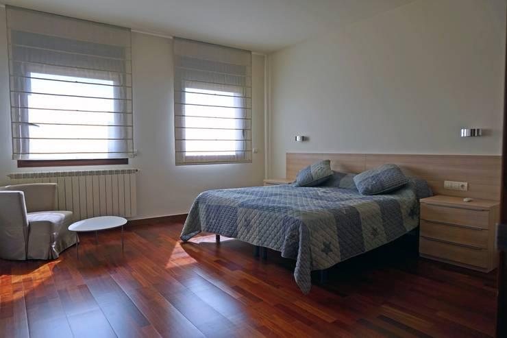 Suite plana superior. Suelo en parqué.: Dormitorios de estilo  de Construccions Cristinenques, S.L.