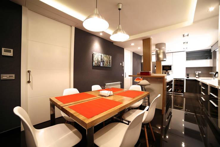 Vivienda Barrio de Salamanca: Comedores de estilo moderno de Interni Esterni 2