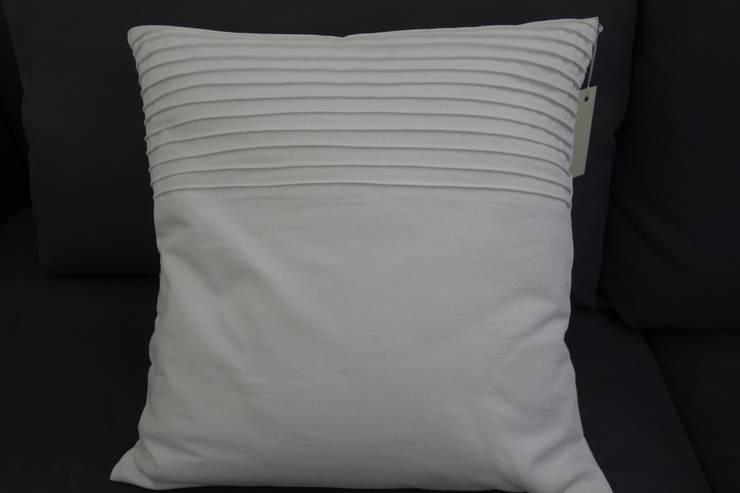 Piękna poduszka dekoracyjna w stylu skandynawskim: styl , w kategorii Salon zaprojektowany przez Styl i Wnętrze