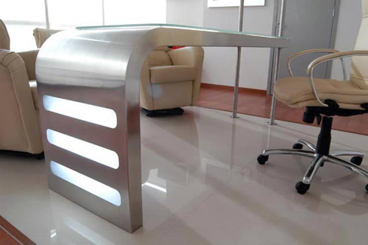 Escritorio en Acero Inoxidable.: Oficinas y tiendas de estilo  por CUBO 3