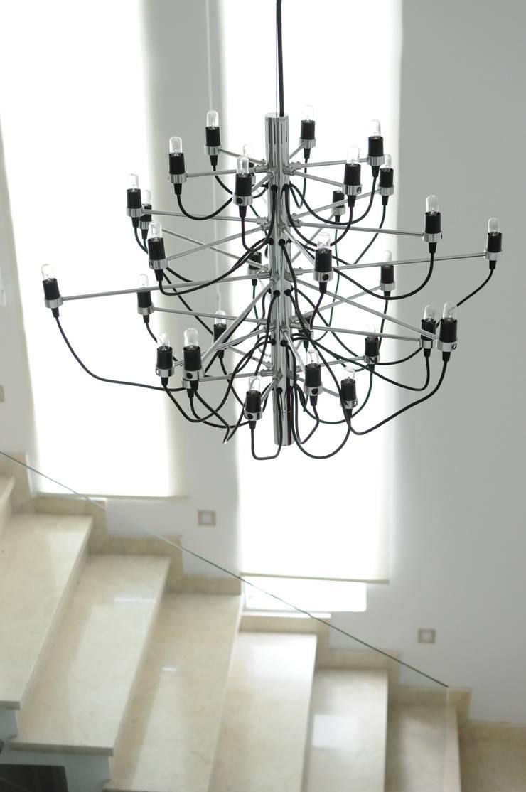Casa GC: Pasillos y recibidores de estilo  por Cólorful Casa Creadora