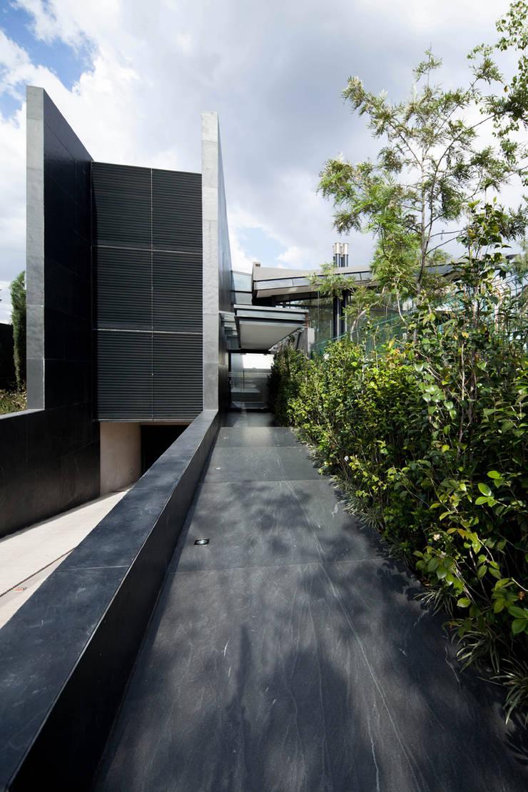 Casas La Punta: Pasillos y recibidores de estilo  por grupoarquitectura