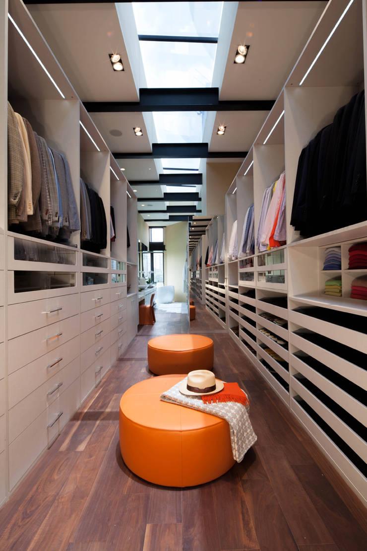 Casas La Punta: Vestidores y closets de estilo  por grupoarquitectura