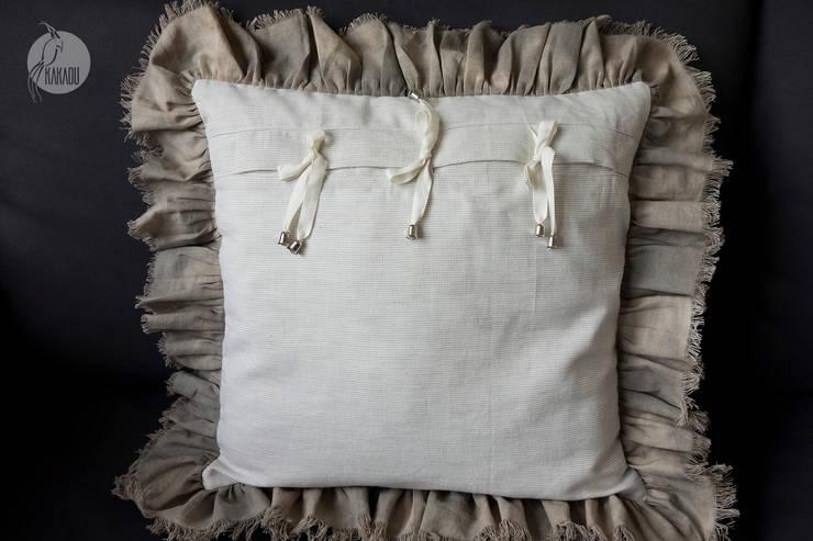 Modne poduszki dekoracyjne: styl , w kategorii Salon zaprojektowany przez Styl i Wnętrze,