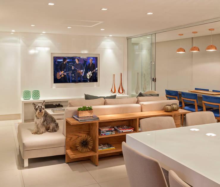 Salas de estar modernas por Carmen Calixto Arquitetura