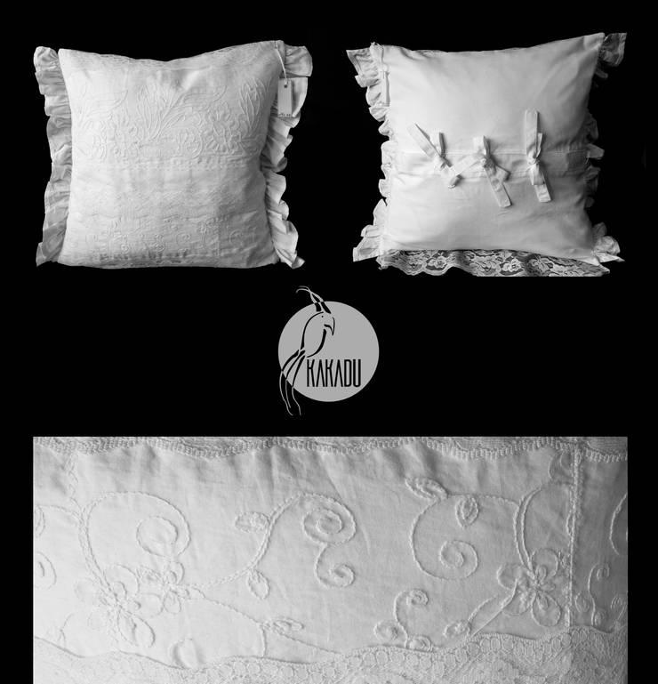 Biała poduszka artystyczna z pięknym haftem i falbanami: styl , w kategorii  zaprojektowany przez Styl i Wnętrze,Wiejski Bawełna Czerwony